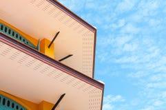 Mur de briques de gouttières de vintage à l'arrière-plan de ciel bleu Photos stock