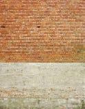 Mur de briques de grandes parties, avec le blanc peint Image libre de droits