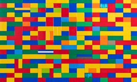 Mur de briques de jouet dans différentes couleurs Photos libres de droits