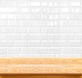 Mur de briques de table en bois vide et de carreau de céramique à l'arrière-plan aiguillon Images stock