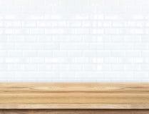 Mur de briques de table en bois vide et de carreau de céramique à l'arrière-plan aiguillon Photos stock