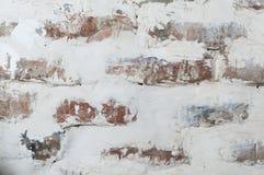 Mur de briques de vintage avec le stuc blanc minable Fond sale images libres de droits