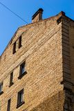 Mur de briques du vieux bâtiment avec des fenêtres Images stock