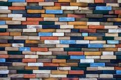 Mur de briques en bois coloré détaillé image stock