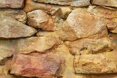 Mur de briques en pierre au milieu d'argile, décoration posée de pile, style extérieur de lumière du soleil rétro Photographie stock