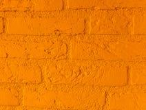 Mur de briques en pierre orange vibrant moderne avec de grandes briques étroites vers le haut du modèle de fond photographie stock libre de droits