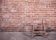 Mur de briques et échelle rouges Image libre de droits
