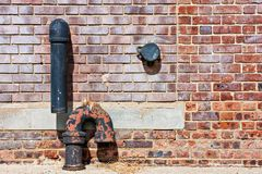 Mur de briques et pipes Images libres de droits