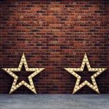 Mur de briques et plancher en béton avec de rétros étoiles Photos libres de droits