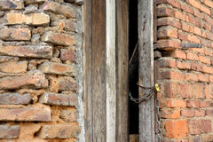 Mur de briques et porte rugueux Photographie stock