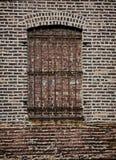 Mur de briques, fenêtre barrée Photos libres de droits