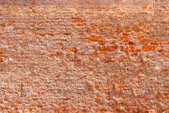 Mur de briques fortement détruit de brique rouge photo stock