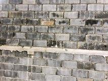 Mur de briques gris pour le fond carrelé image libre de droits
