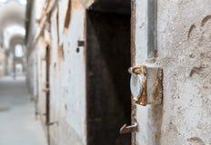 Mur de briques grunge avec le débouché électrique rouillé photo stock