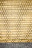 Mur de briques jaune vibrant photo libre de droits