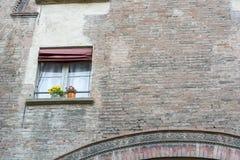 Mur de briques de la vieille maison italienne avec une fenêtre Photo libre de droits