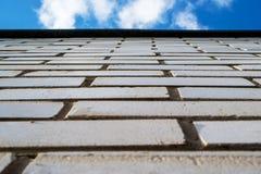 Mur de briques montant, vue de dessous sur un mur de briques Photographie stock