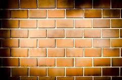 Mur de briques orange grunge, ton foncé photographie stock libre de droits