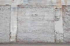Mur de briques peint vieux par blanc avec le fond de mortier Image stock
