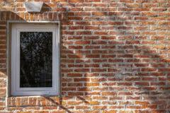 Mur de briques rouge avec la fenêtre de PVC photos libres de droits