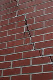 Mur de briques rouge avec la grande fente Images libres de droits