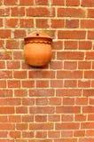 Mur de briques rouge avec le bac de fleur Photo stock
