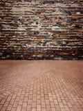 Mur de briques rouge avec le plancher de brique photos libres de droits