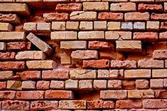 Mur de briques rouge cassé photos stock