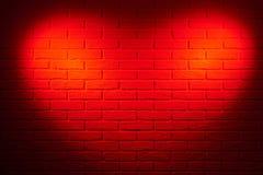 mur de briques rouge foncé avec l'effet de la lumière de forme de coeur et l'ombre, photo abstraite de fond Images libres de droits