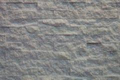 Mur de briques rugueux avec la lumière jaune Images libres de droits