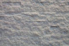 Mur de briques rugueux avec la lumière jaune Photos libres de droits