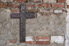 Mur de briques sale de fond sale avec le stuc blanc minable photos stock