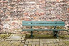 Mur de briques vert de banc Images libres de droits
