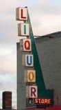 Mur de briques vertical de signe de magasin de vins et de spiritueux en dehors d'Advetisement Photo libre de droits
