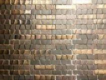 Mur de carreau de céramique de Brown et d'or photographie stock