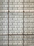 Mur de carreau de céramique et rail blancs d'acier Image stock