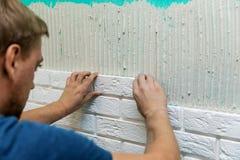 Mur de carrelage avec les tuiles blanches de brique Image libre de droits