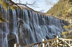 Mur de cascade avec de l'eau fonte de la montagne Images libres de droits