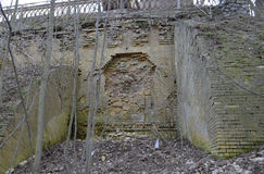 Mur de château ruiné avec une boule de canon Photos stock