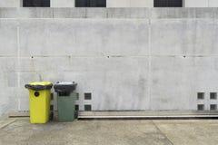 Mur de ciment avec la poubelle de deux couleurs Images libres de droits