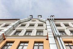 Mur de façade de bâtiment avec des tuyaux de ventilation en métal Images stock