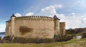 Mur de forteresse et tours occidentaux de la forteresse de Khotyn, Ukraine Image libre de droits