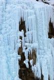 Mur de glace aux montagnes Photos stock