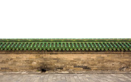 Mur de grès de brique avec les tuiles de toit glacées vertes Images stock