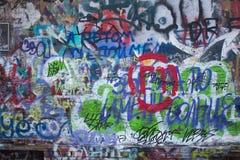 Mur de Graffity avec des mots et des symboles d'un lof Urbain Photos stock