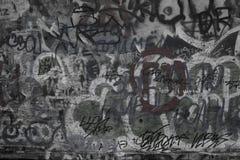 Mur de graffity de noir et de wfite avec des mots et des symboles d'un lof Urbain Photographie stock libre de droits
