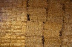 Mur de grandes briques de foin dans la grange photos stock