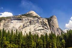Mur de granit de Yosemite avec le dôme sur le dessus Photographie stock
