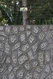 Mur de Gray Concrete et amortisseur électrique Photographie stock libre de droits