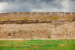 Mur de la défense dans le vieux château médiéval Photographie stock